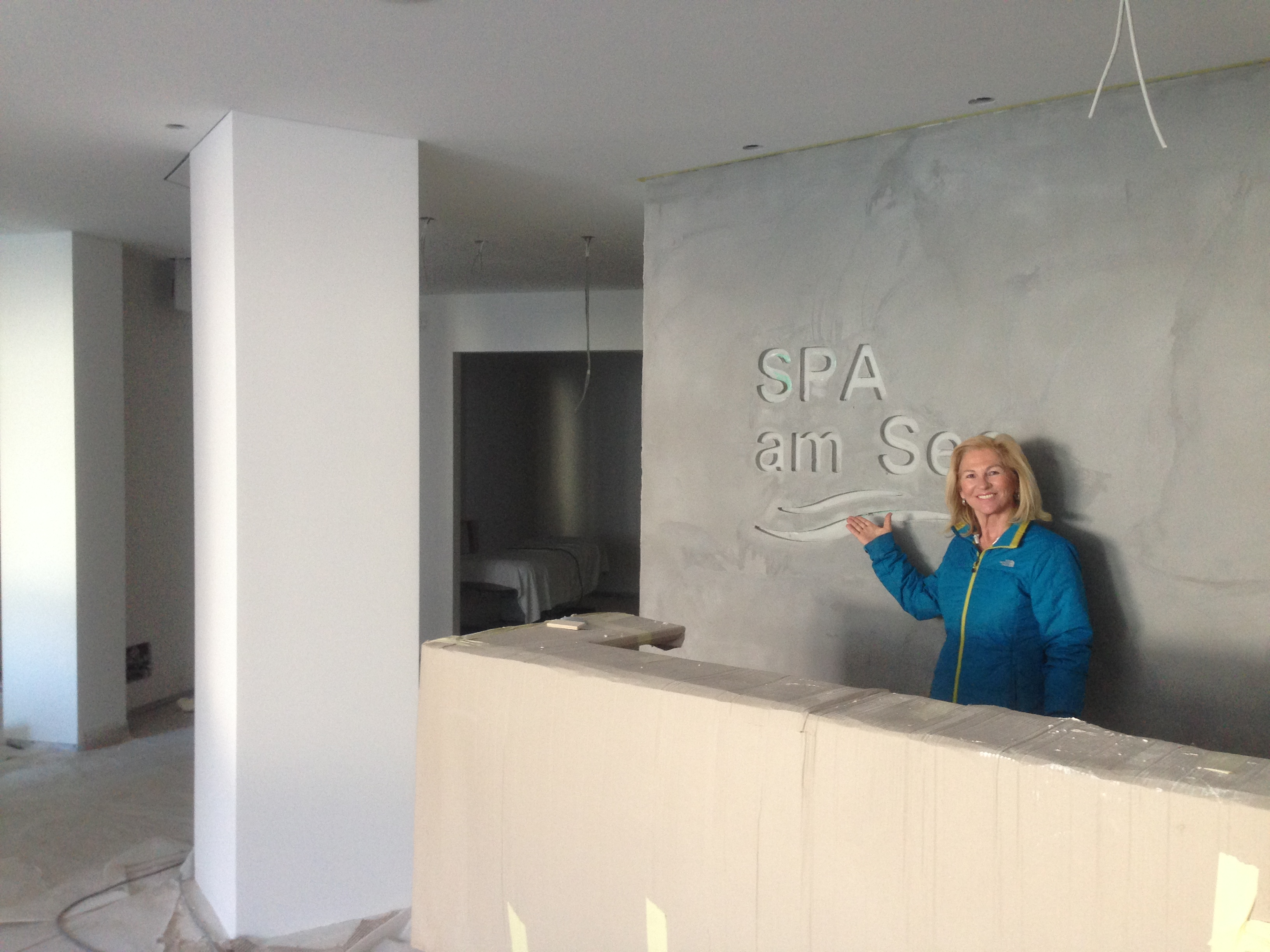 Herzlich Willkommen im neuen SPA AM SEE - Frau De Carli an der Beauty-Rezeption...