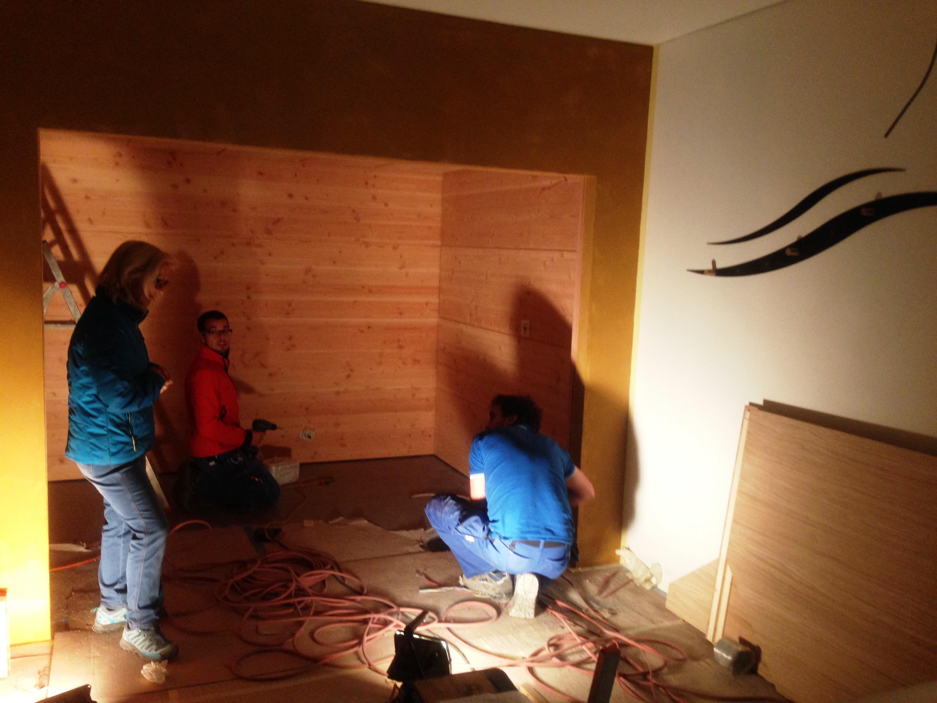 Die neue Finnische Sauna wird montiert... Frau De Carli ist immer vor Ort und motiviert die Jungs...