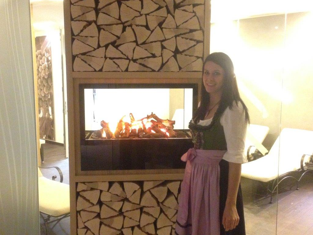 Franzi - unsere Rezeptionistin - begutachtet bei einem Rundgang den Relaxraum samt romantischer Feuerstelle.