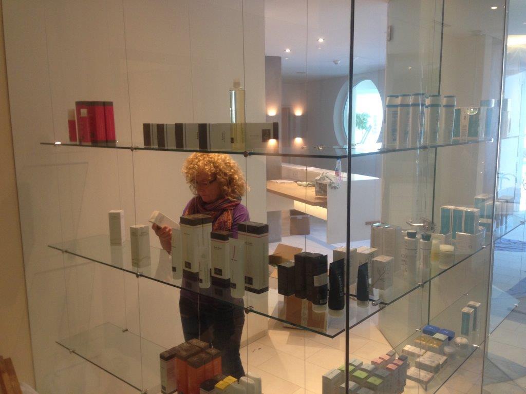 """Unsere SPA-Leiterin Marianna beim Einräumen des neuen Shops heute Nachmittag... """"Wo soll ich was hinstellen"""" war ihre Frage an mich... Das wird sich schon finden, ist meine Antwort:)"""