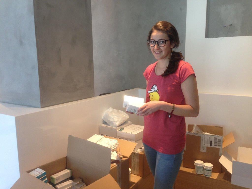 Auch unsere Kosmetikerin Melanie war mit von der Partie und wühlte in den vollen Kartons, um die vielen Produkte zu ordnen.