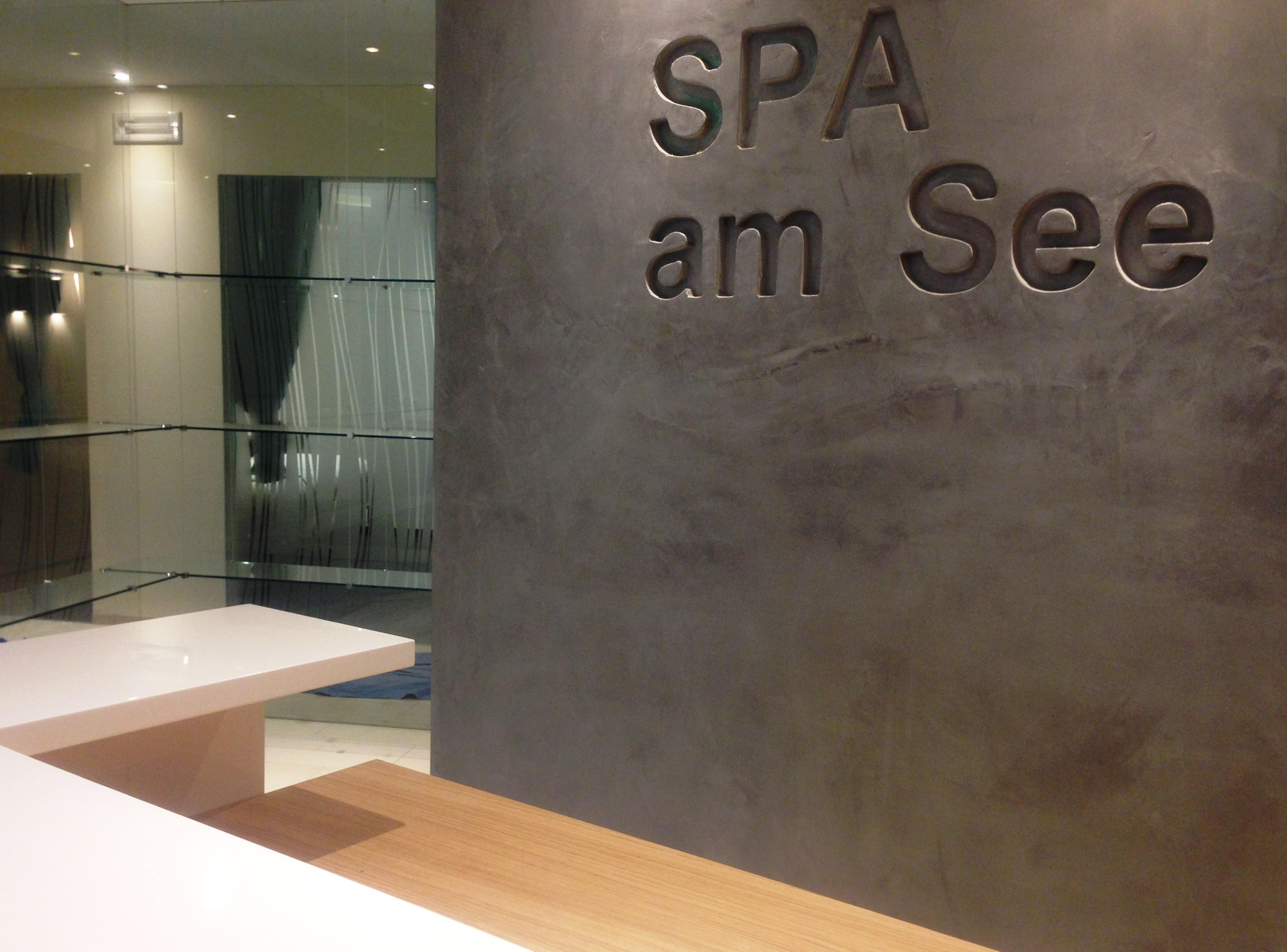 Noch ist die neue SPA-Rezeption leer... und ordentlich:) Doch morgen kommt unsere Spa-Leiterin Frau Marianne samt ihrem Team und beginnt mit dem Einräumen...