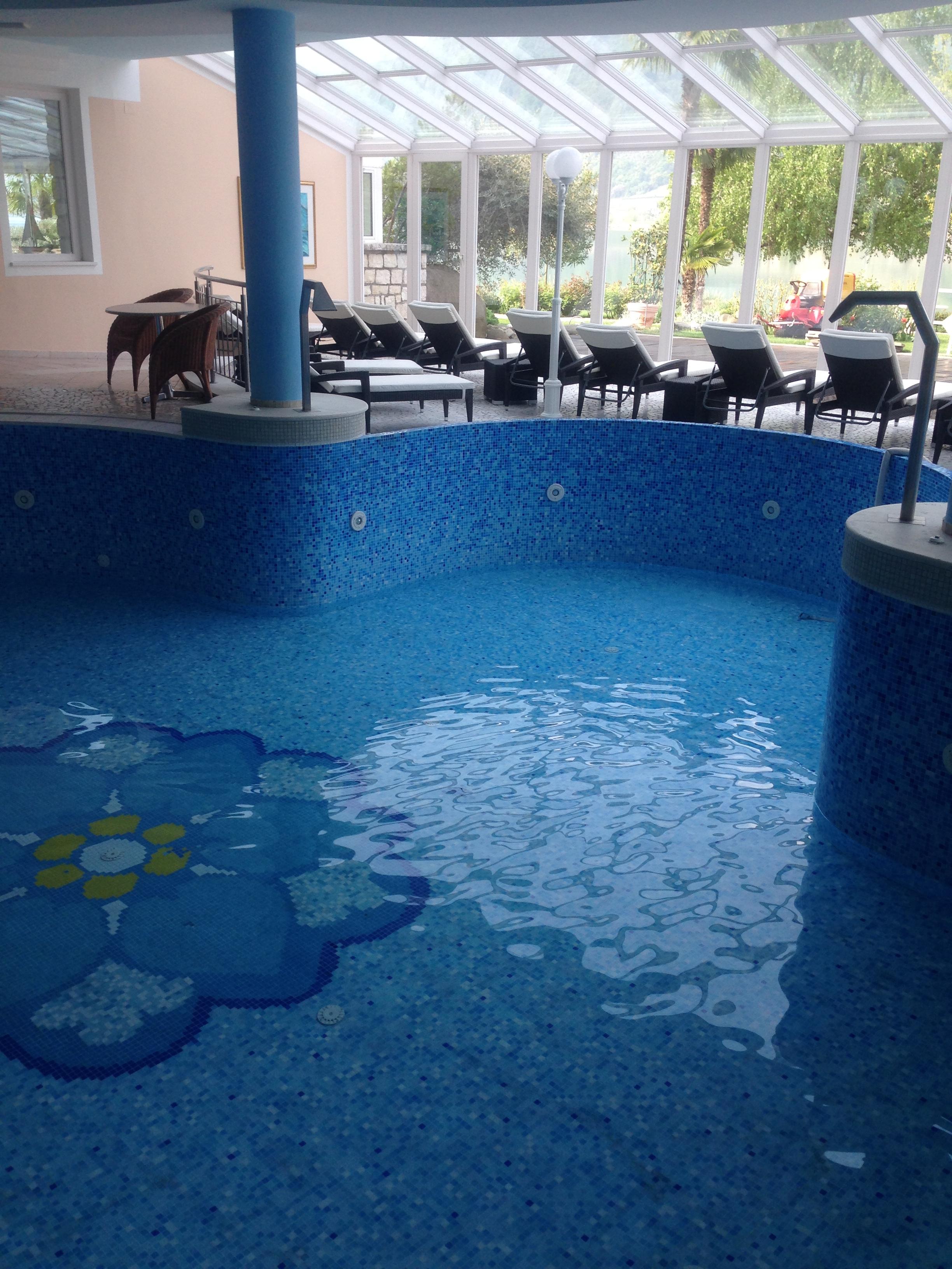 Auch unser bestehender Innenpool ist wieder mit Wasser gefüllt welches jetzt wieder auf angenehme 30°C Temperatur erwärmt wird...