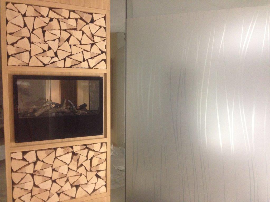 Die romantische neue Feuerstelle im neuen Saunabereich ist schon bereit für gemütliche Musestunden in unserer neuen Saunawelt in zeitlosem Design...