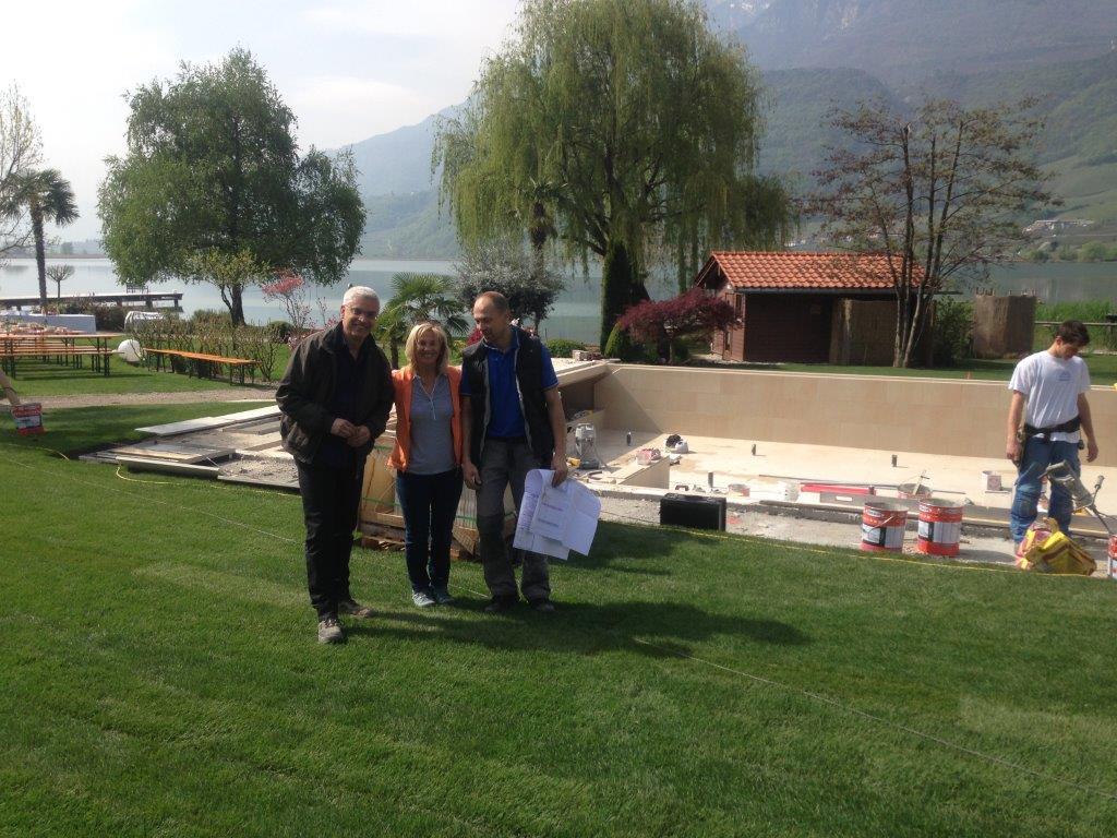 Frau De Carli mit der Firma Hofer... vor dem fast fertigen Infinity-Outdoor-Pool.