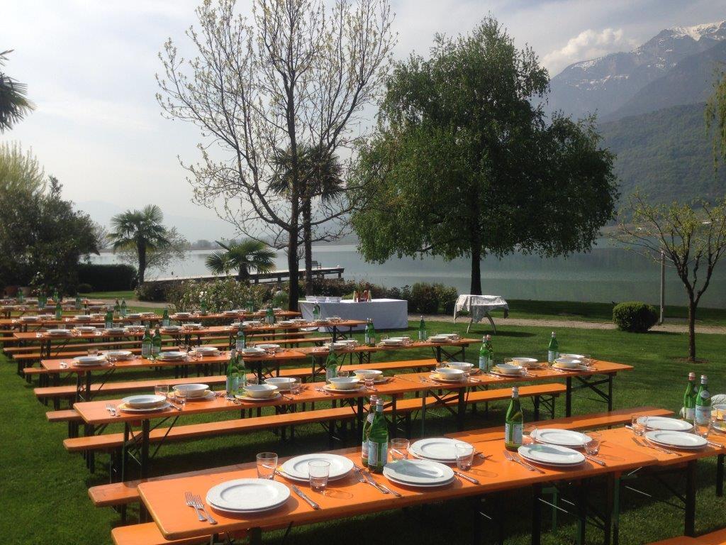 Der Tisch bzw. die Tische sind gedeckt und warten auf unsere hungrigen Gäste... und das Wetter spielt auch mit