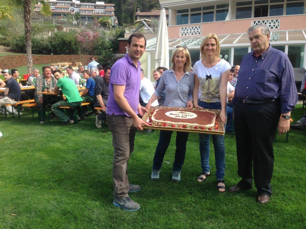 Wir, Familie De Carli, die Bauherren, mit dem Dessert - ein Tiramisu!!! DANKE ALLEN!!!