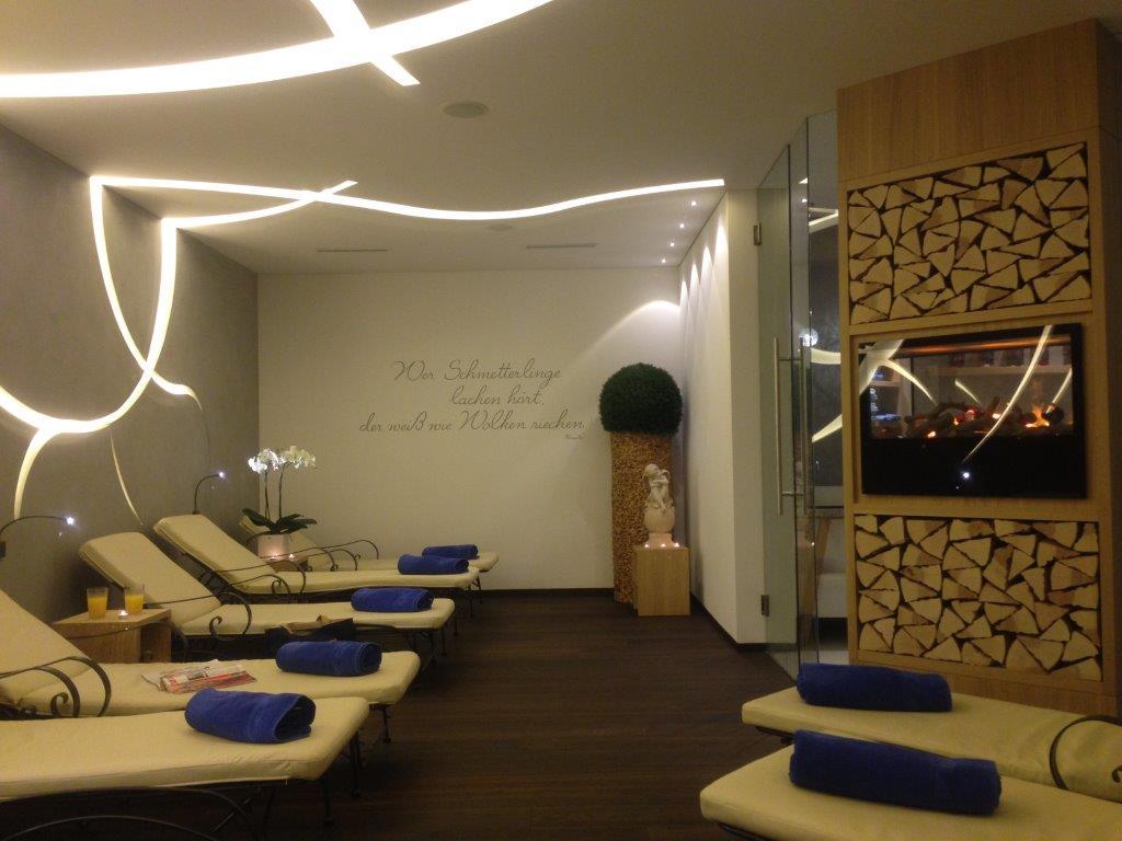 Der neue Relaxraum mit Feuerstelle..