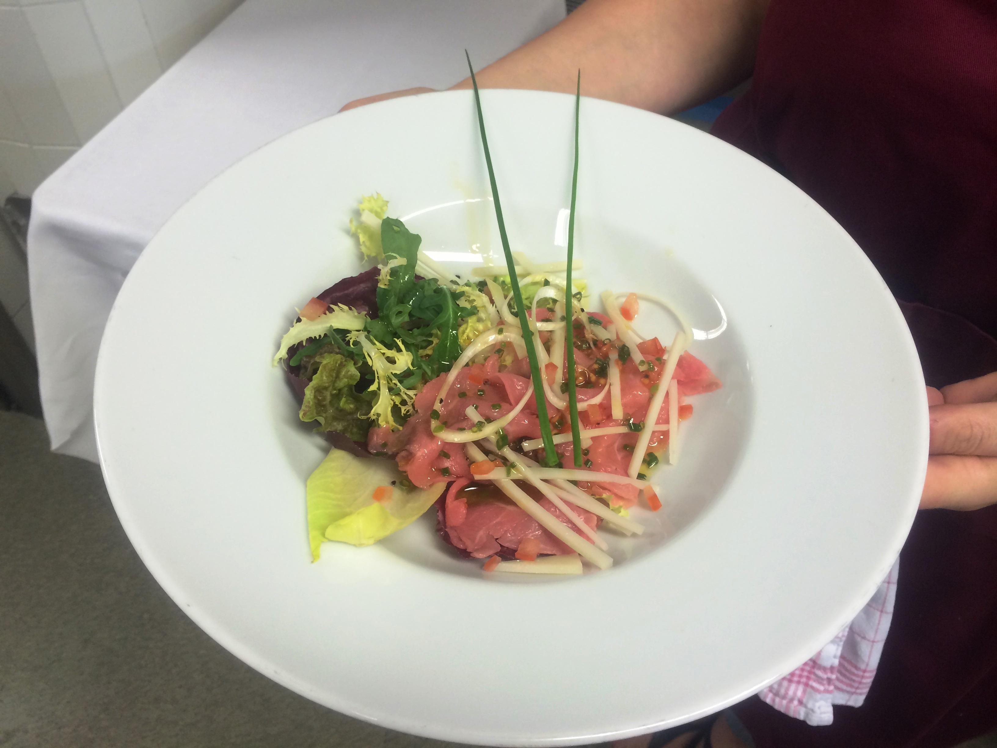 Unsere Vorspeise - selbst geklopfter Carpaccio auf Frühlingssalat