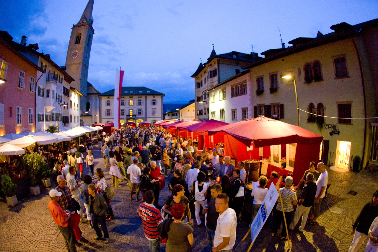 Rote Schirme prägen das Bild der Weintage in Kaltern